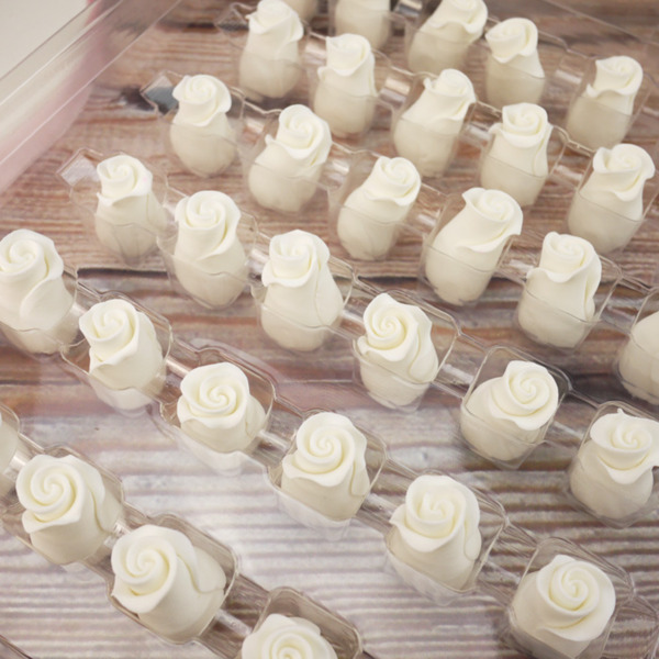 Box Of White Soft Sugar Rosebuds 13mm (38 pc.)